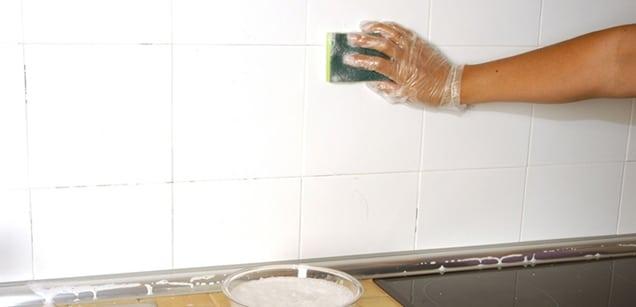 9 trucos para una limpieza profunda de sus azulejos de la cocina